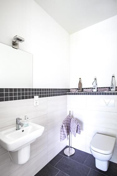 Separates WC mit Waschbecken