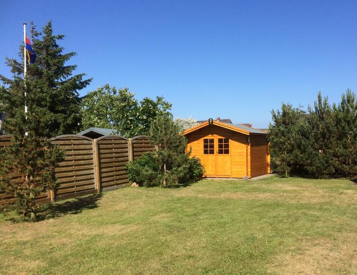 Garten/ Liegwewiese mit kanadischem Blockhaus