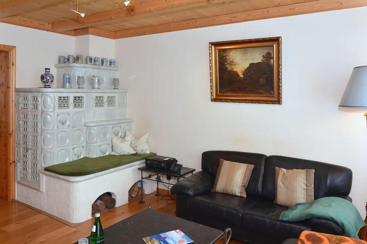 Wohnzimmer mit Kachelofen (Erdgasbeheheizt u. thermostatgesteuert) u. Sitzecke