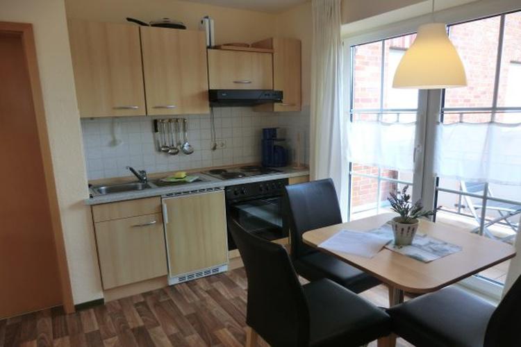 Küche mit Essecke und Balkon