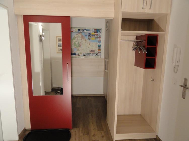 Abstellraum mit Schiebetür und Garderobe