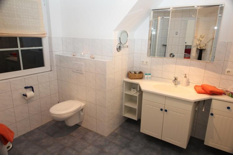 Schöne Waschtischanlage mit viel Stauraum