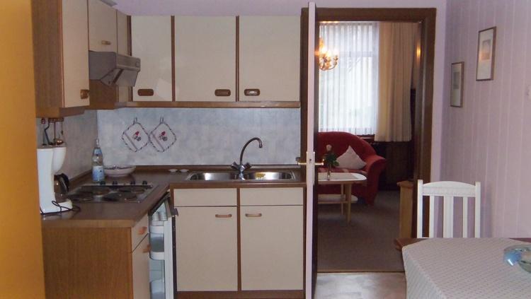 Küche in der Parterrewohnung mit Terrasse