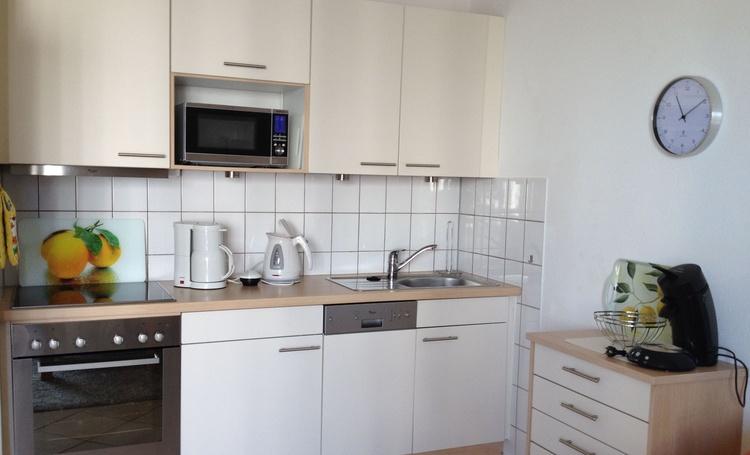 gut ausgestattete Küchenzeile mit Ceranfeld, Backofen, Spülmaschine,