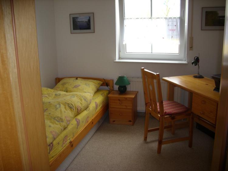 Unteres Arbeits-Schlafzimmer mit einem Bett
