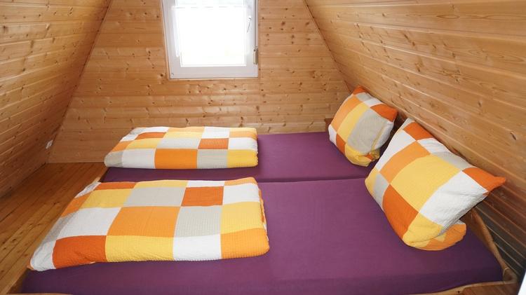 Im Obergeschoß befinden sich zwei Schlafzimmer, die durch einen Flur getrennt sind