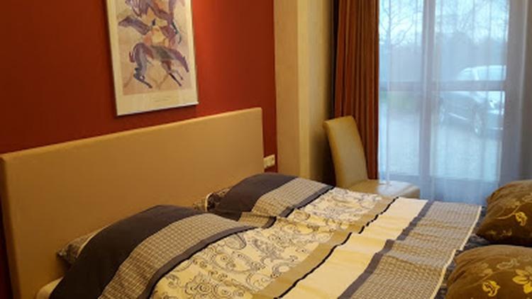 Doppelzimmer 1, Fernseh, Dusche und Toilet. Wohnzimmer zum nutzen. Frühstücksraum im Garten.