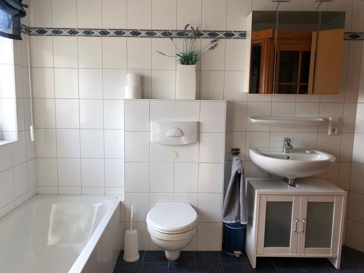 Großzügiges Bad mit Badewanne und Dusche