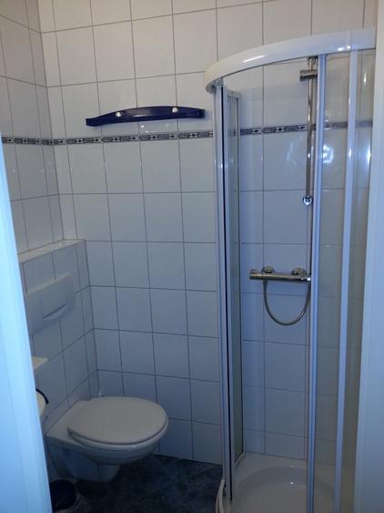 Bad mit Dusche/Waschtisch und WC