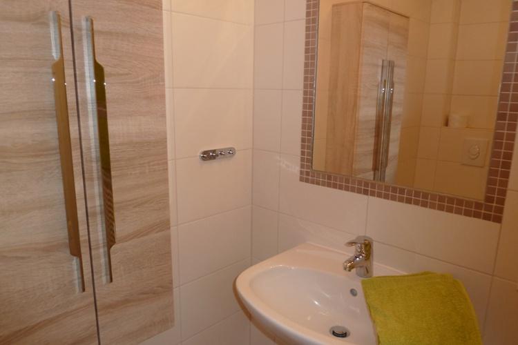Tolles Bad mit fußbodentiefer Dusche