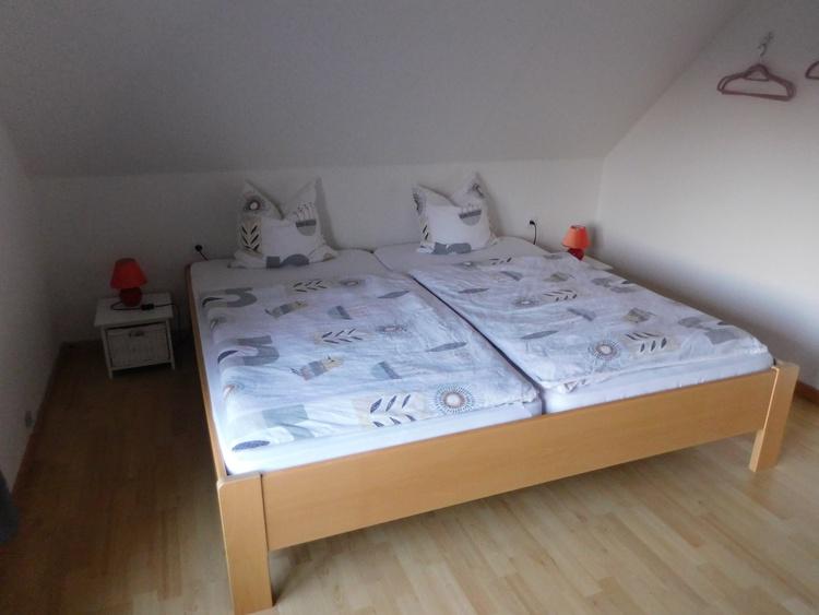Teilansicht Schlafzimmer mit Kingsize Bett