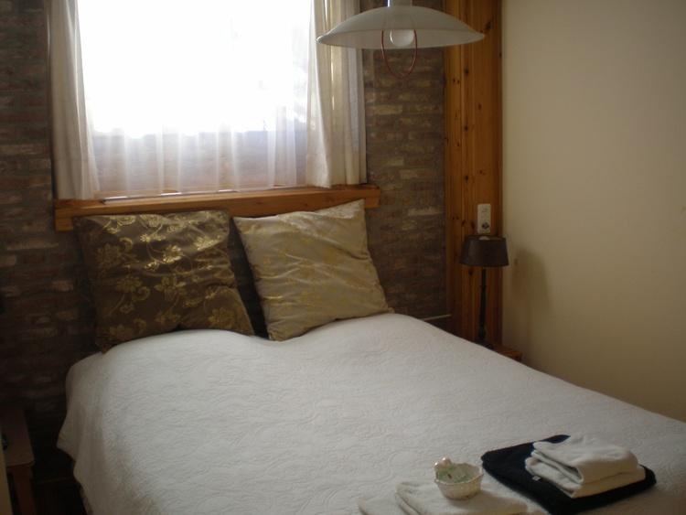 Doppelzimmer 3, Fernseh, Dusche und Toilet. Wohnzimmer zum nutzen. Frühstücksraum im Garten.