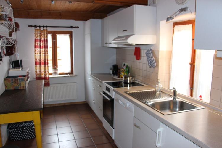 Die geräumige Küche ist komplett eingerichtet