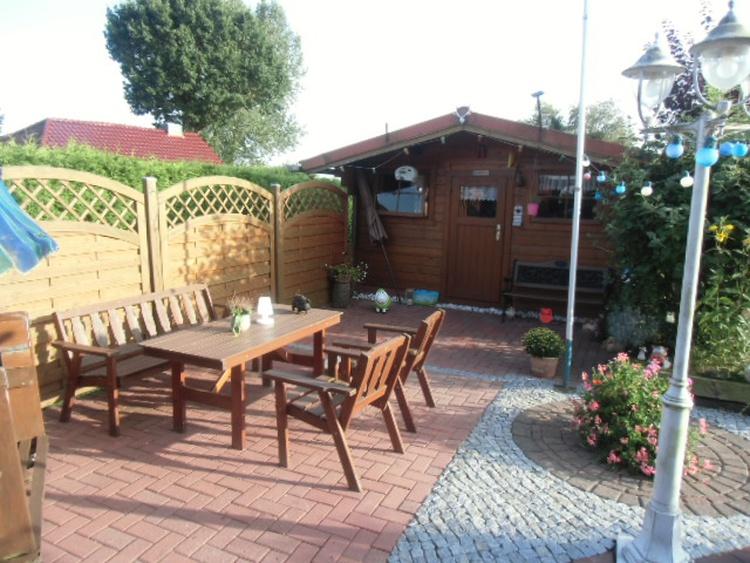 Gästeterrasse mit Gartenhäuschen