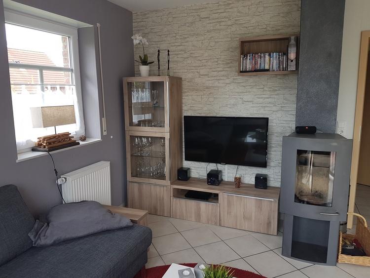 Das Wohnzimmer mit BlueRayPlayer, Minianlage, LED-TV