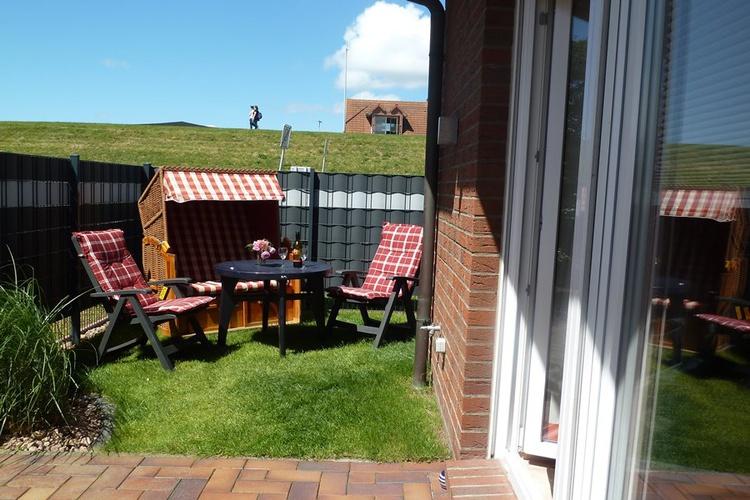 Terrasse mit eingezäuntem Garten, Strandkorb und direkt Deichblick
