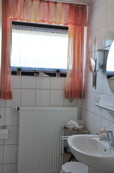 Badezimmer mit ebenerdige Dusche