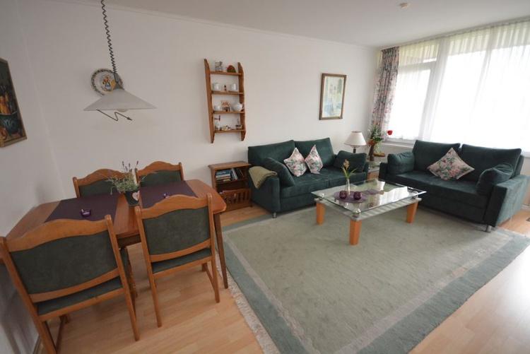 Wohnzimmer mit Essbereich und Ausziehbarer Schlafcouch