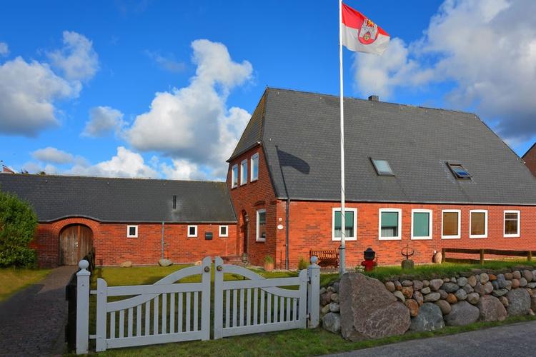Ferienhaus  STEINTAL/ Straßenansicht mit kleiner Terrasse hinter dem Friesenwall