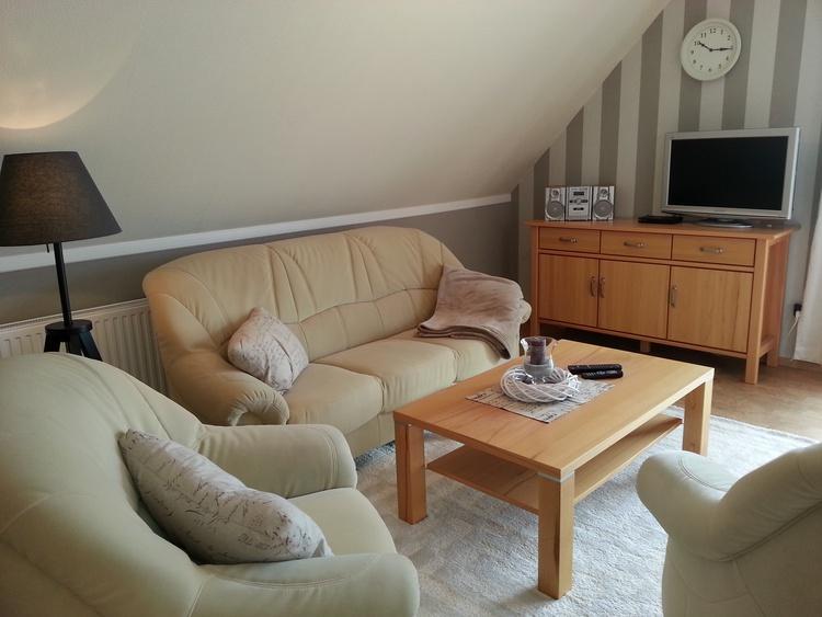 Großer Wohnraum mit Flachbild TV