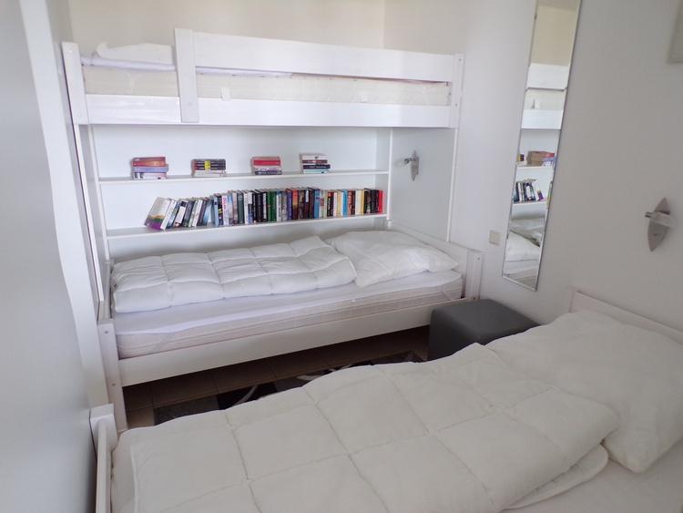 Bett mit Bücherregal