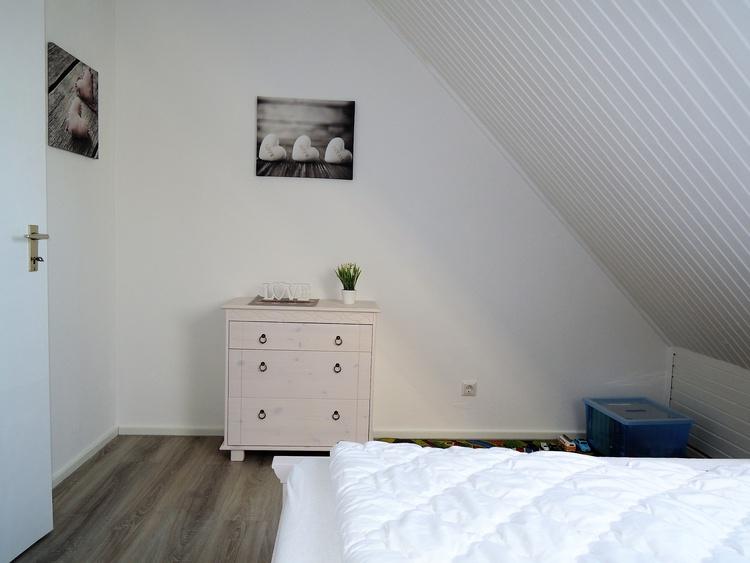 Schlafzimmer / Kinderzimmer mit Bett 140 x 200 cm