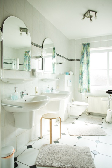 Bad mit 2 Waschbecken, eine große Dusche und Fußbodenheizung
