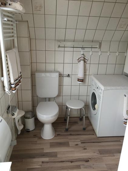 Dusche/WC mit Handtuchwärmer und Waschmaschine