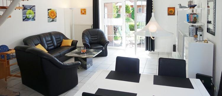 Heller Wohnraum mit Zugang zum Garten mit Terrasse