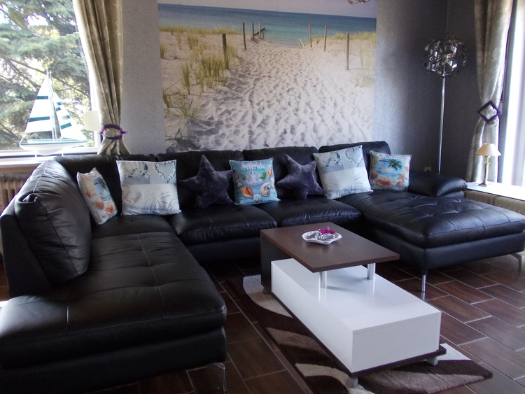 maritmes Wohnzimmer mit Strandblick