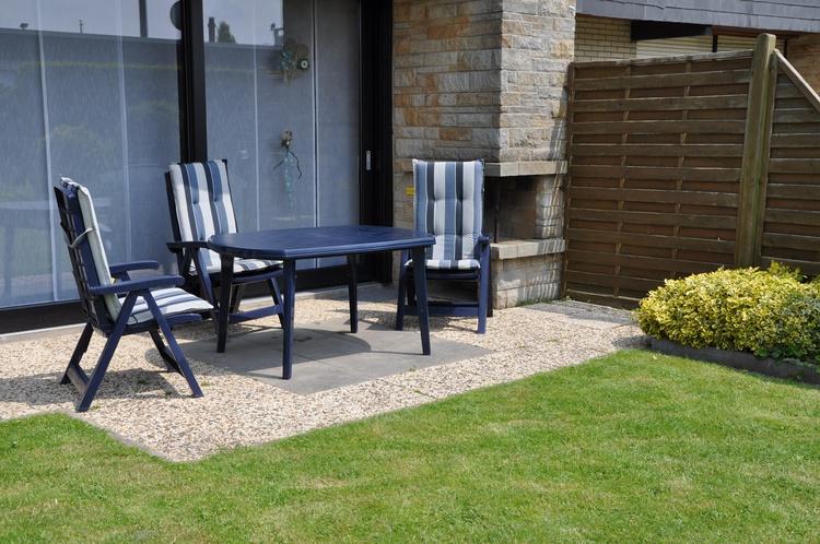 Terrasse mit Gartenmöbel und Strandkorb