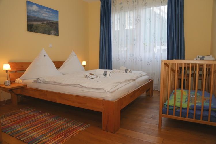 großes Doppelschlafzimmer mit Kinderbett