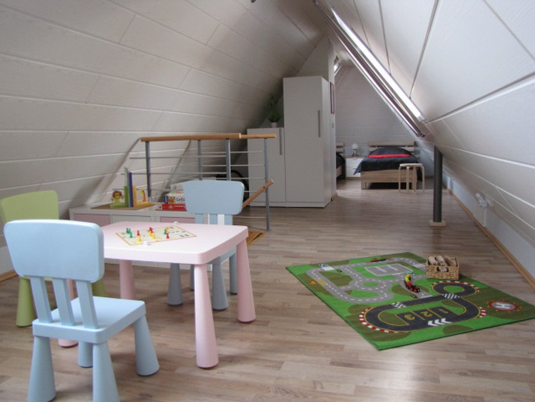 Spielbereich und zwei Einzelbetten im Dachgeschoss