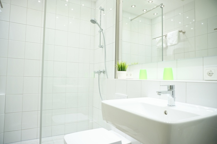 modernes Bad mit Walk-In-Dusche