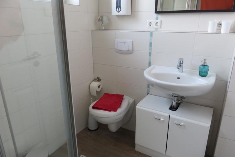 Bad mit Dusche u. WC, Fön vorhanden