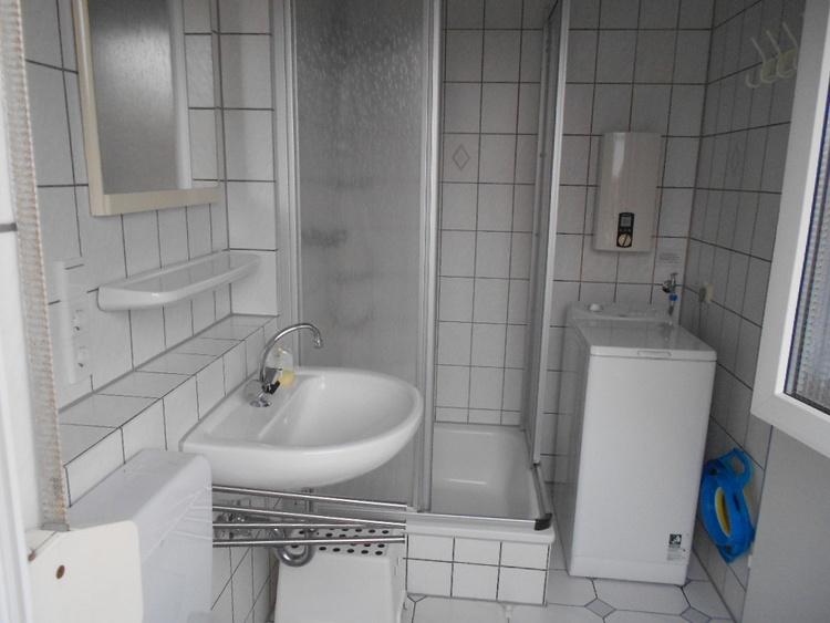 Duschbad mit Waschmaschine im EG