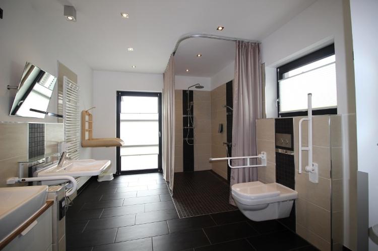 Erdgeschoss - Pflegebad mit Duschliege