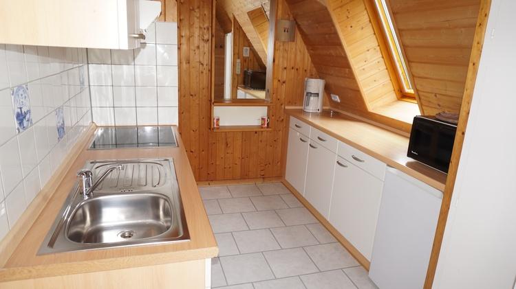 Die separate Küchenzeile bietet: Spülmaschine, Backofen, Ceranfeld, Kühlschrank mit einem Eisfach