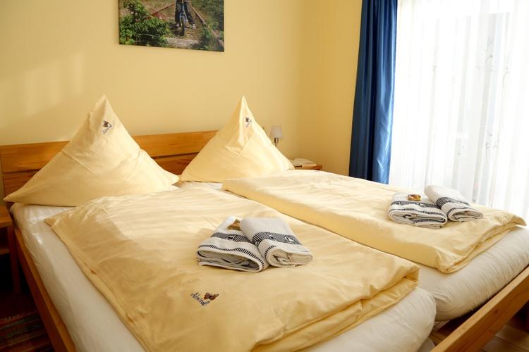 Schlafzimmer mit Doppelbett 2,10m lang