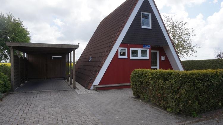 Das freistehende, modern eingerichtete Nurdachhaus steht auf einem 460m² großes Grundstück