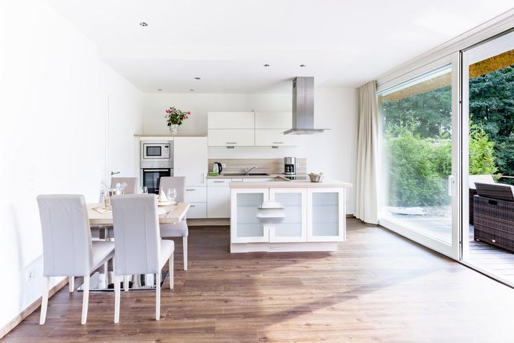 Essbereich mit Blick auf die offene, moderne Küche