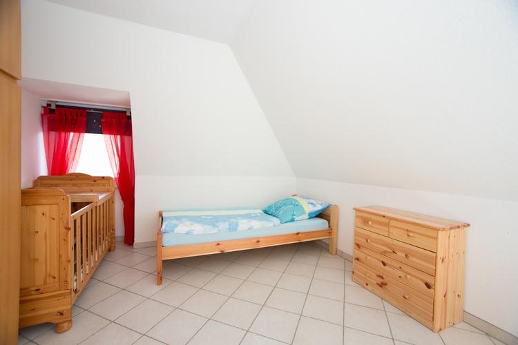 Schlafzimmer 2 - Einzelbett und Kleinkinderbett