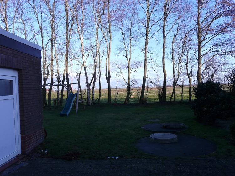 Blick über Felder hinter dem Haus