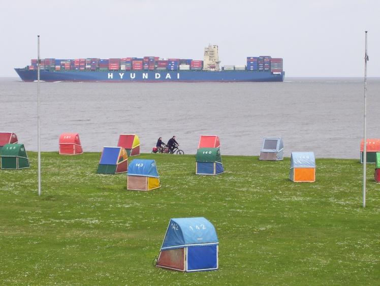 Die großen Schiffe auf der Elbe