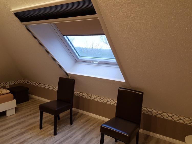 Alle Dachfenster sind mit Verdunkelungsrollo, Insektenschutz-Plissee, und einem Screen Ausgestattet