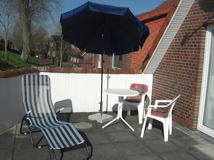 Balkon m. Tisch, Stühlen, Sonnenschirm und Liege