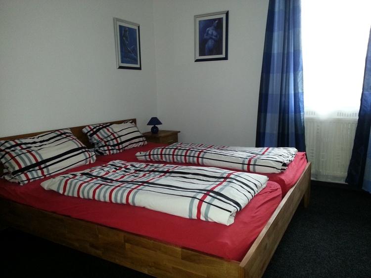 separates Schlafzimmer mit Doppelbett usw.