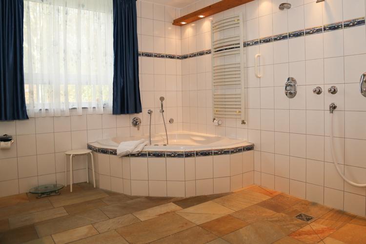 Whirlpool im großen Badezimmer