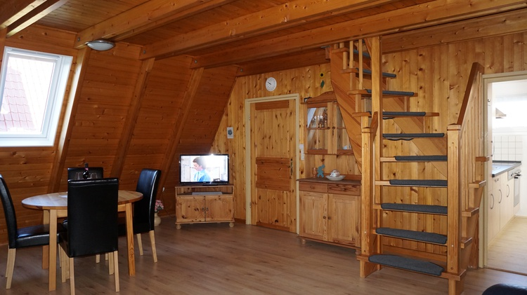 großes Wohnzimmer mit einer Essecke