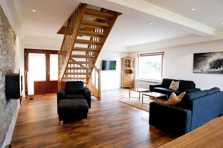 Wohnzimmer mit Treppenaufgang OG